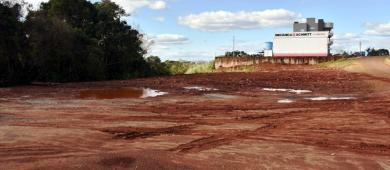 Prefeitura realiza terraplanagem em terrenos do Município de Três Passos