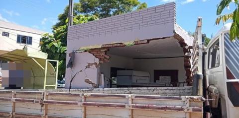 Caminhão desgovernado destrói estabelecimento comercial em Tiradentes do Sul