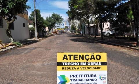 Rua Borges de Medeiros de Três Passos recebe novo asfalto e está com trafegabilidade interrompida