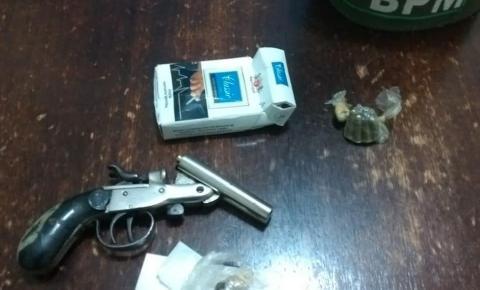 Homem é preso por porte ilegal de arma de fogo e posse de drogas no final de semana