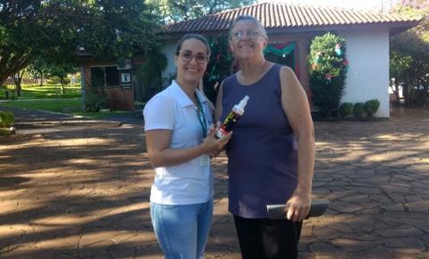 Grupo de Humanização do HCTP realiza entrega de repelentes para a comunidade três-passense