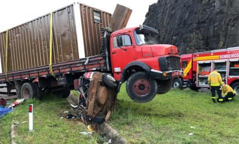 Caminhão 'atropela' carro entre SC e RS; uma pessoa morreu