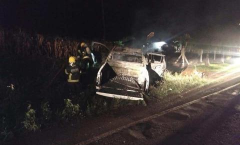 Saída de pista deixa veículo em chamas em Três Passos