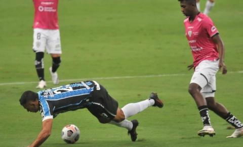 Grêmio desperdiça chances, perde de virada e é eliminado da Libertadores