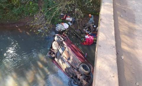 Carro emplacando em Três Passos  cai de ponte em Constantina