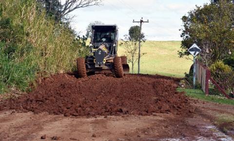 Administração Municipal de Três Passos trabalha na recuperação das estradas do interior